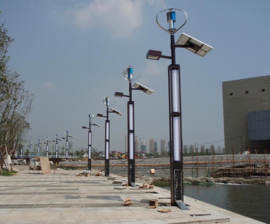 Lampioni Per Arredo Urbano.Lampione Ibrido Alimentato Da Sole Vento E Batterie
